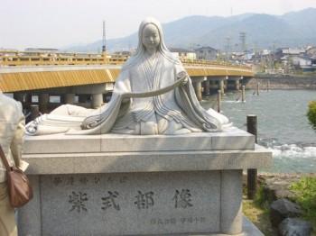 源氏物語の作者、紫式部の像